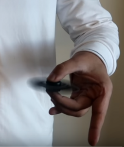 hand spinner tenue entre pouce et majeur